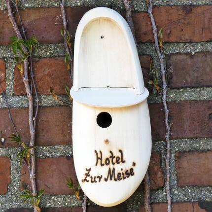 Holzschuh als Nistkasten Hotel zur Meise